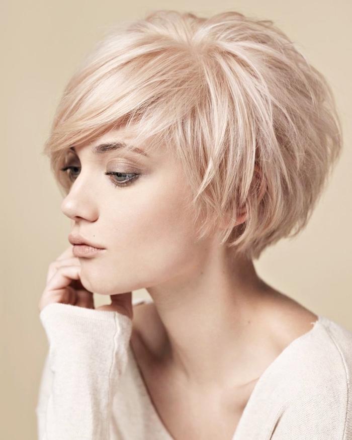 coiffure femme court dégradé avec frange