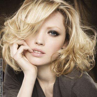 Coiffure coupe coiffé décoiffé - Femme cheveux mi-longs