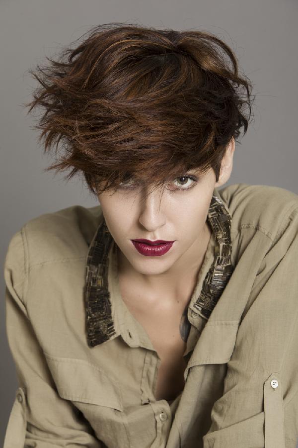 Coiffure courte coiffé décoiffé - Femme cheveux courts sur